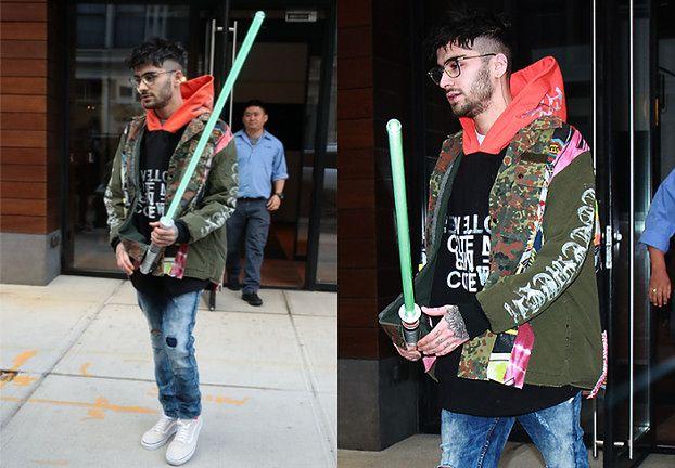 Zayn Malik przechadza się po ulicy z mieczem świetlnym