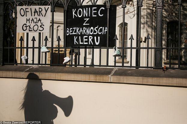 Kościół Katolicki w Polsce zacznie płacić za pedofilię? Gwałcona przez księdza kobieta dostała milion złotych odszkodowania