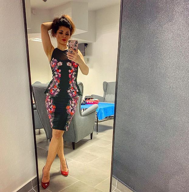 """Katarzyna Cichopek pozuje w zmysłowej sukience na Instagramie. Marcin Hakiel komentuje: """"Wyglądasz jak kiedy Cię poznałem"""""""