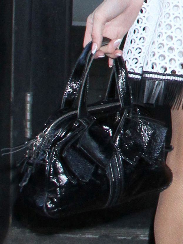 Niestrudzona Paris Hilton wdzięczy się w rozkloszowanej sukience z siatki