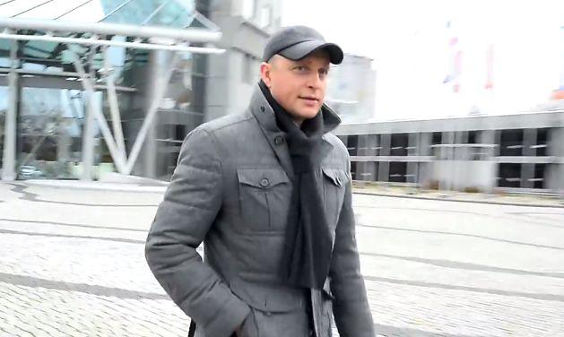 Niezadowolony Adamczyk wychodzi z TVP