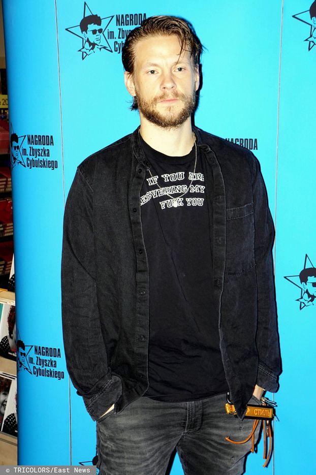 """Zbuntowany Sebastian Fabijański odgraża się na ściance w koszulce z napisem """"F*CK YOU"""". Zaimponuje Maffashion?"""