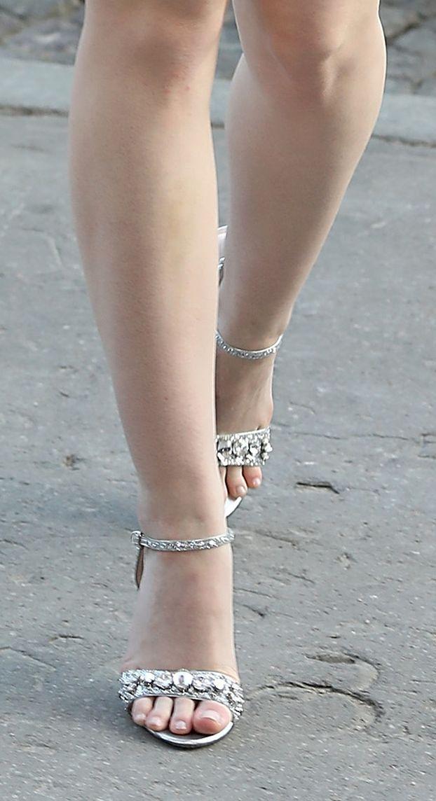 Dziewczęca Elle Fanning na pokazie mody w Paryżu