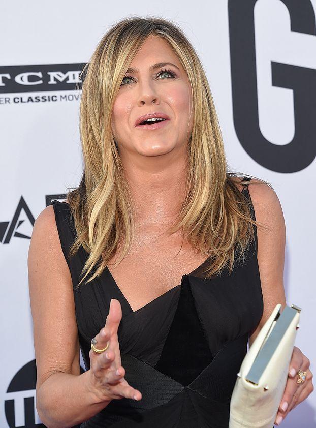 """Wyprasowana Jennifer Aniston łapie się za głowę na okładce """"InStyle"""". Fanka: """"To przecież NIE ONA"""""""