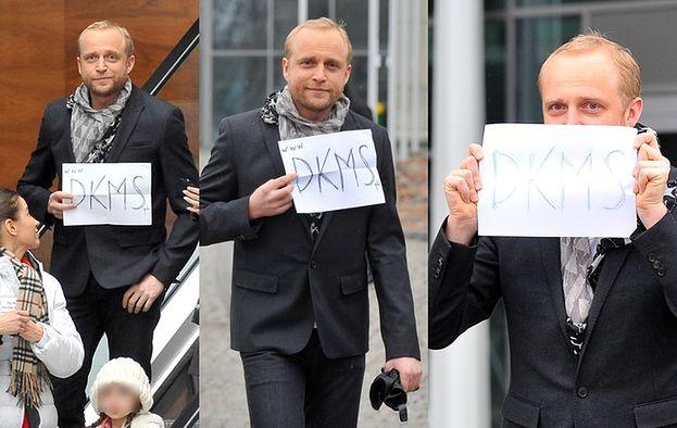 Piotr Adamczyk wychodzi z budynku TVP (ZDJĘCIA)