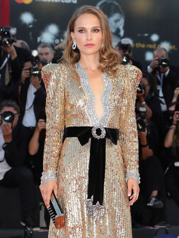Wenecja 2018: barczysta Natalie Portman w złotych cekinach Gucci