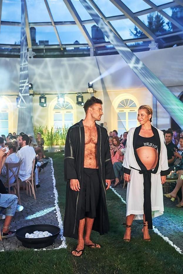 """Sebastian Fabijański ostro o Piotrze Stramowskim: """"Nie wiem, jak można wziąć swoją żonę, która jest w ciąży i przejść się po wybiegu pokazu modowego"""""""