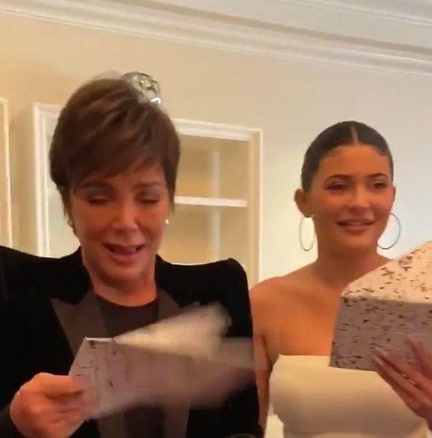 """Kim Kardashian zorganizowała mamie """"nostalgiczne"""" urodziny. """"Wynajęłam dom z dzieciństwa"""""""