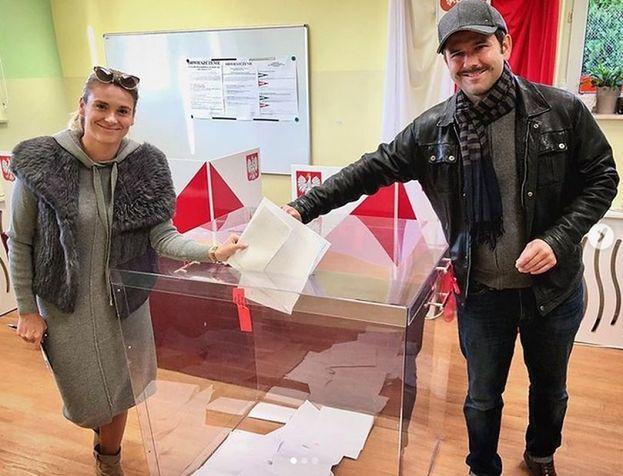 """Wybory parlamentarne 2019. Sławomir i Kajra pokazali zdjęcie z lokalu wyborczego: """"My już, a Wy?"""" (FOTO)"""