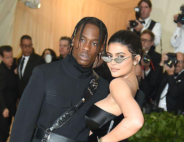 Kylie Jenner i Travis Scott pierwszy raz po narodzinach dziecka pozowali razem na gali MET (ZDJĘCIA)