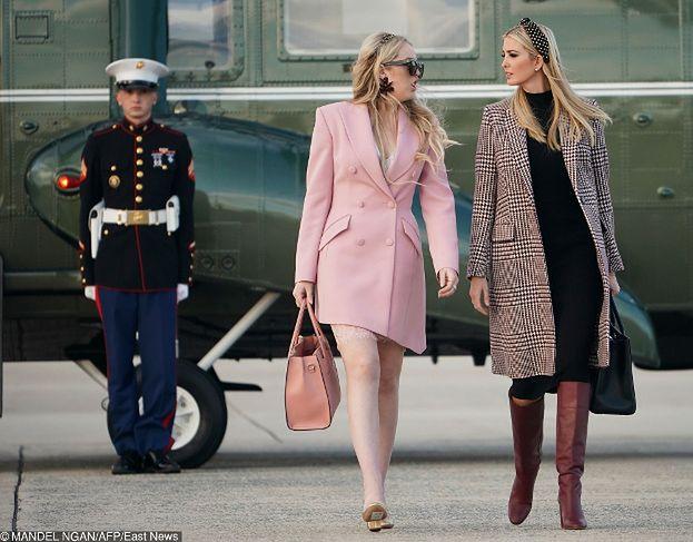 Wystylizowane siostry Trump przemierzają płytę lotniska
