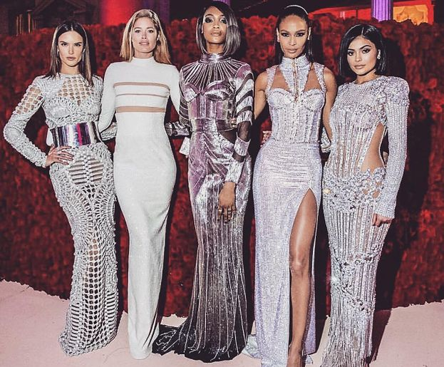 Gala MET na zdjęciach Kardashianek (FOTO)