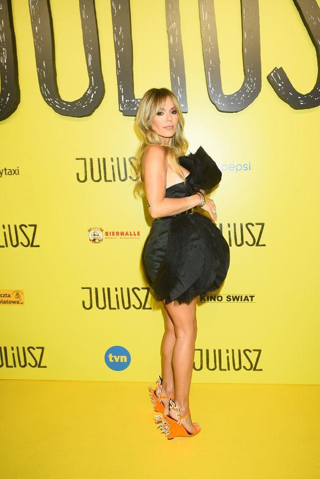 """Doda w ognistych butach za 4 tysiące pozuje na premierze filmu """"Juliusz"""" (ZDJĘCIA)"""