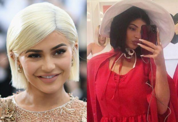 """Kylie Jenner zorganizowała imprezę w stylu """"Opowieści Podręcznej"""". Fani są oburzeni: """"To nie jest śmieszne!"""""""