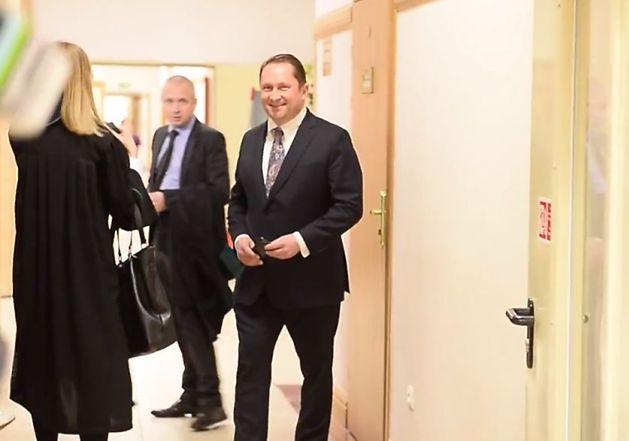 Uśmiechnięty Kamil Durczok w sądzie!