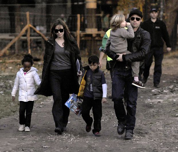 Angelina i Brad z dziećmi w parku (ZDJĘCIA)