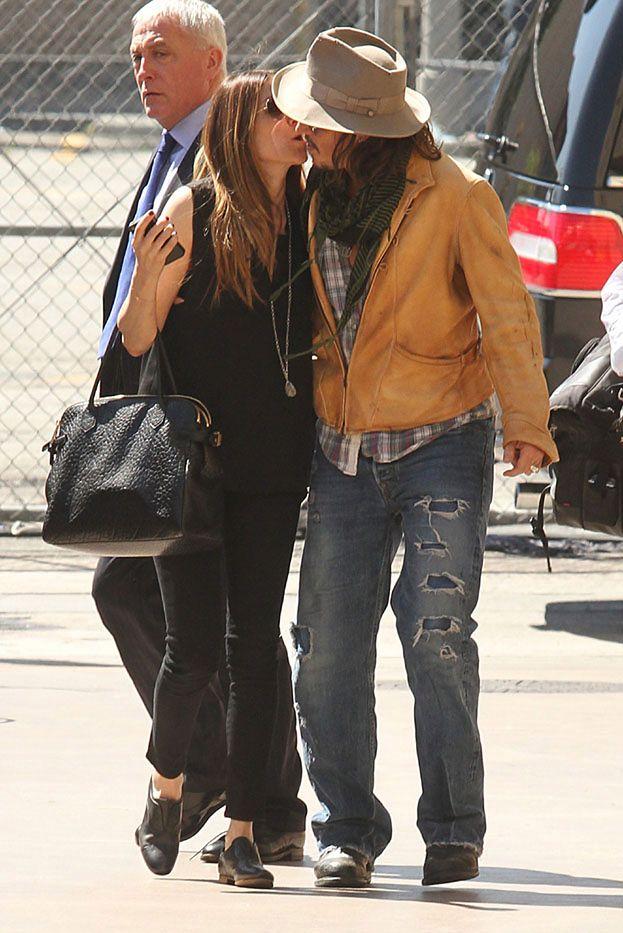 Kogo CAŁUJE Johnny Depp?! (ZDJĘCIA)