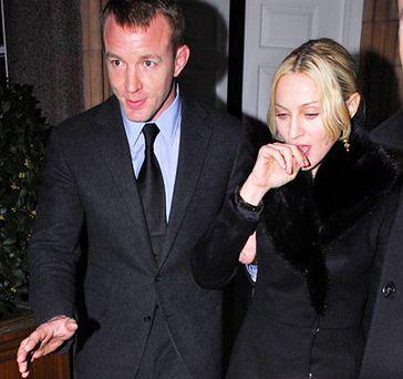 Madonna przekupuje męża