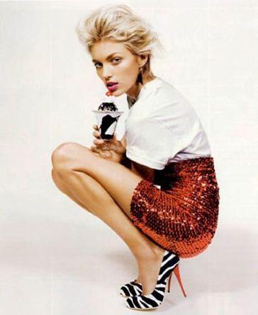 Anja Rubik reklamuje buty