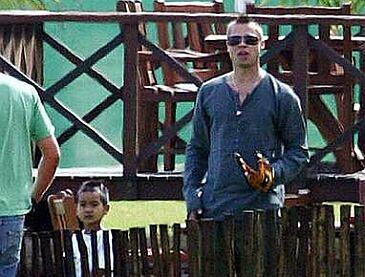 Brad Pitt z irokezem