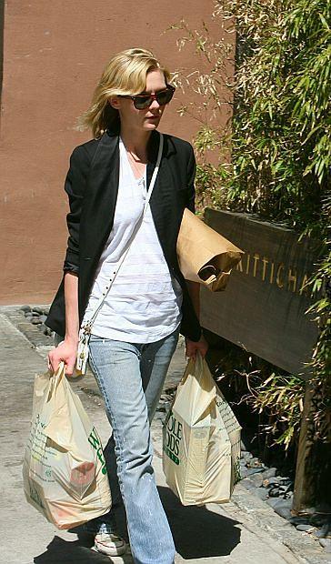 Kirsten Dunst z siatami pełnymi zakupów