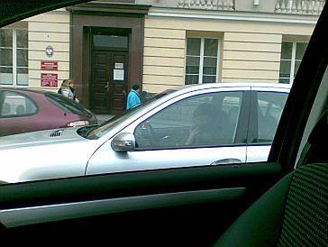 Omenaa rozmawia przez telefon w trakcie jazdy