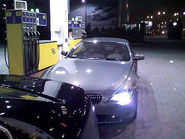 Teodorska lansuje się w lśniącym BMW
