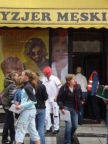 Wiśniewski wychodzi od fryzjera