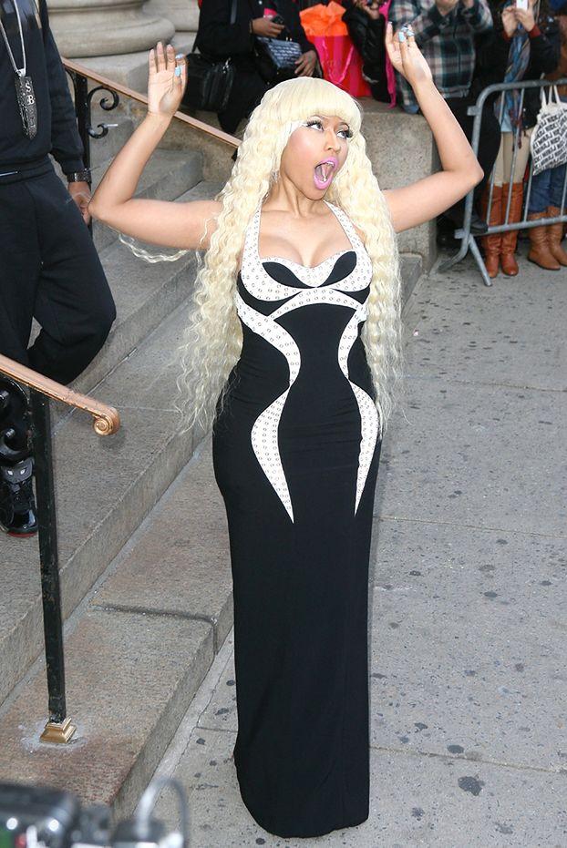 Nicki w wyszczuplającej sukni Versace!
