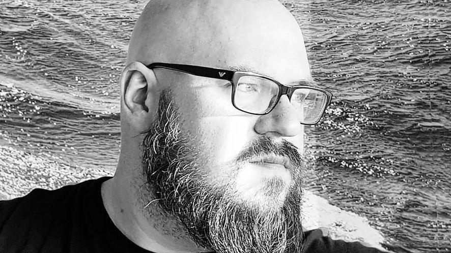 "Piotr Kuldanek, podcaster, i popularny ""Pan Codziennik"""