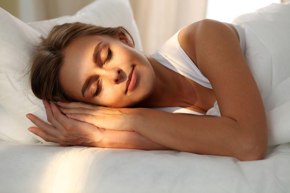 Chcesz spać jak dziecko? Zrezygnuj ze smartfonu w sypialni