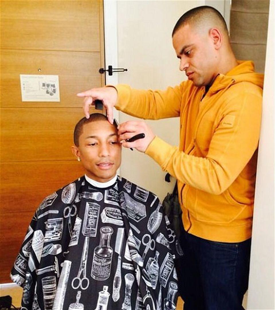 2Pharrell Williams u fryzjera