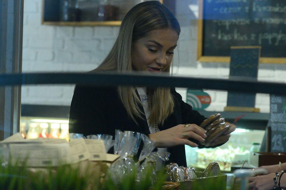 2Zrobiła małe zakupy i wzięła kawę na wynos