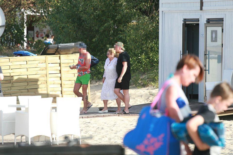 2Zakochana Niezgoda w koronkach całuje chłopaka na plaży
