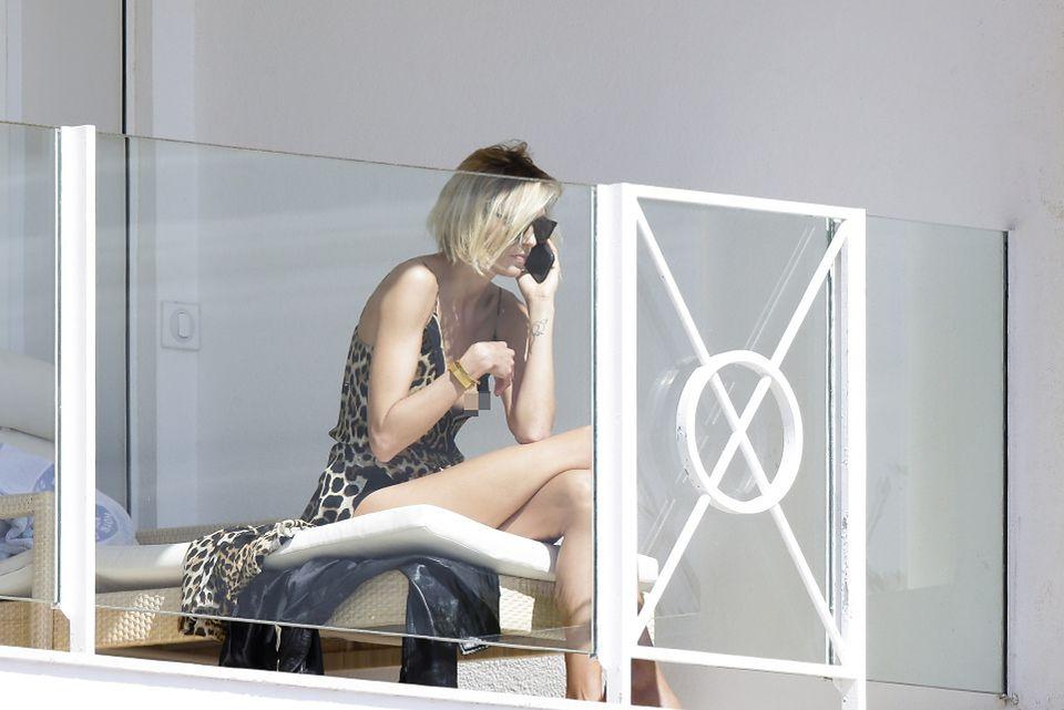 2Anja Rubik wietrzy piersi i pośladki na balkonie w Cannes