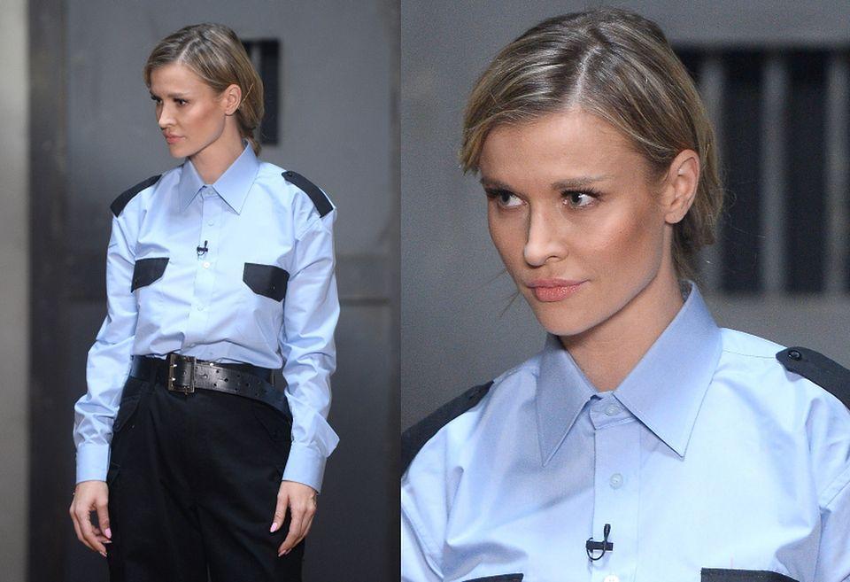 2Było widać, że zaangażowała się w pozowanie w mundurze