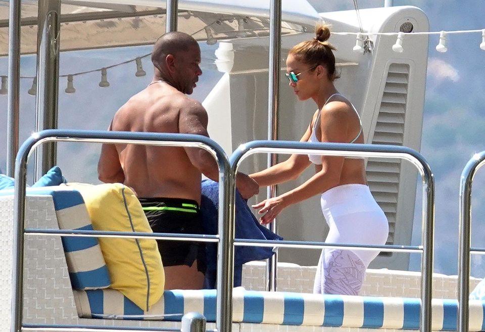 249-letnia Jennifer Lopez ĆWICZY NA JACHCIE