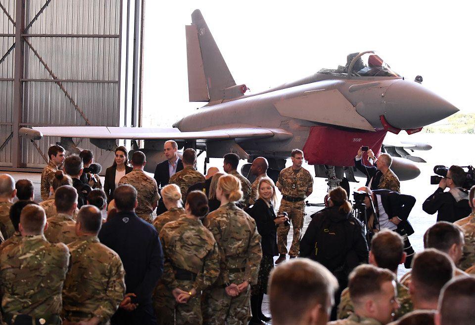 2Elegancka Kate Middleton W SPODNIACH wspiera żołnierzy na Cyprze (ZDJĘCIA)