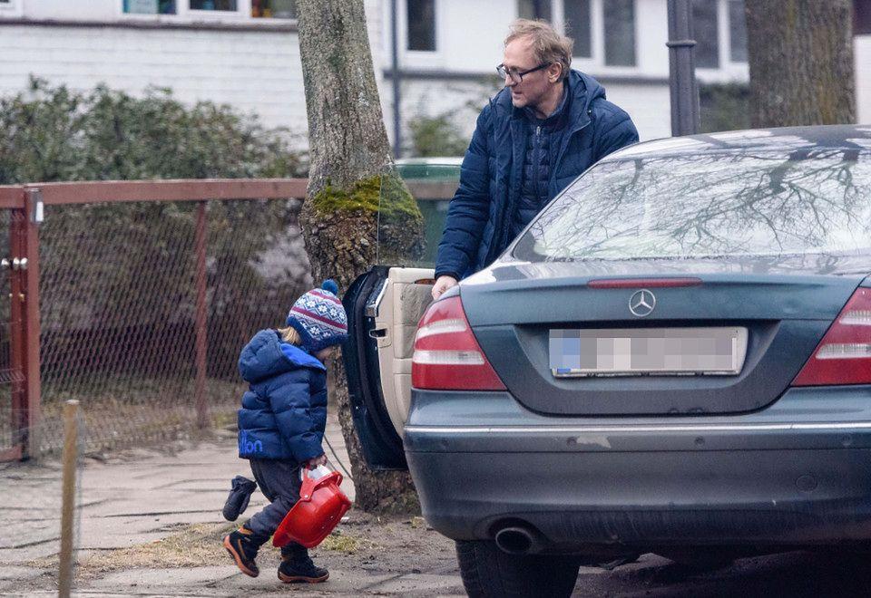 2Mały chłopiec ciągle był pod troskliwym okiem ojca