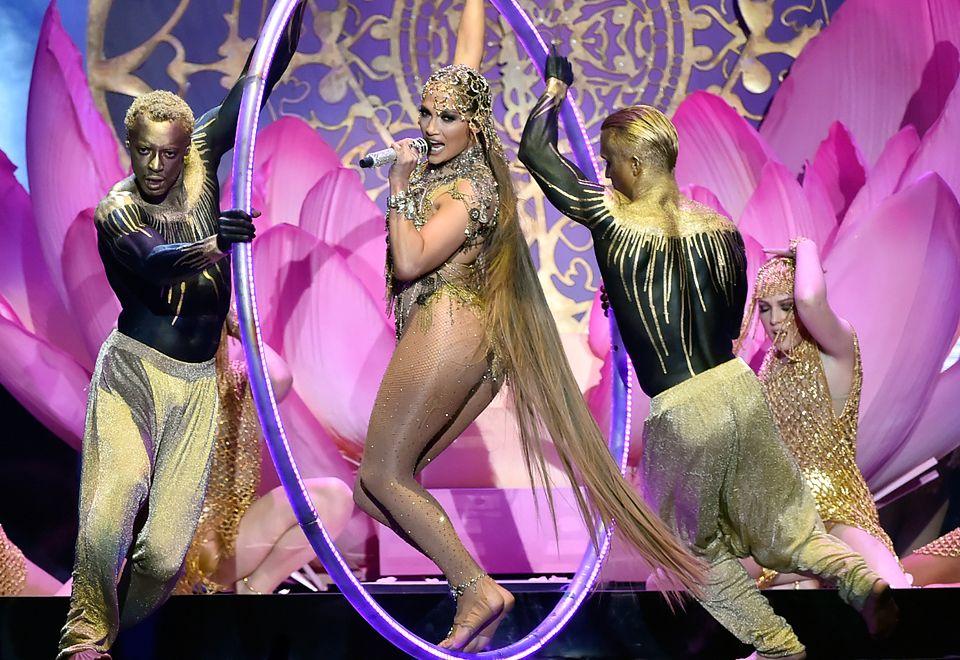 2U tancerzy uwagę zwracał złoty bodypainting