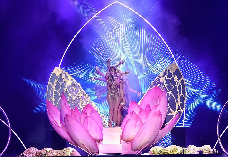 """2Jennifer Lopez w ramach występu wykluła się z """"jajka"""""""