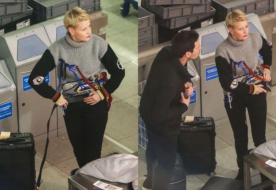 2Małgorzata Kożuchowska podczas kontroli osobistej na lotnisku
