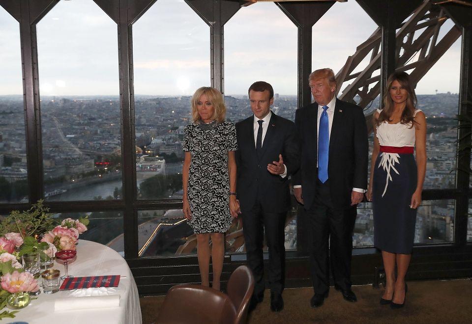 2Emmanuel Macron z żoną Brigitte i Donald Trump z Melanią