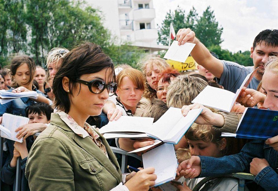 2Joanna Brodzik rozdaje autografy