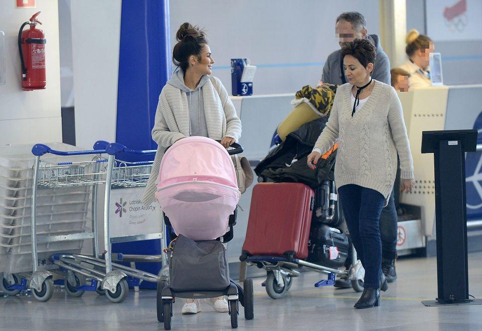 2Razem z rodzicami spacerowała z Mią po terminalu