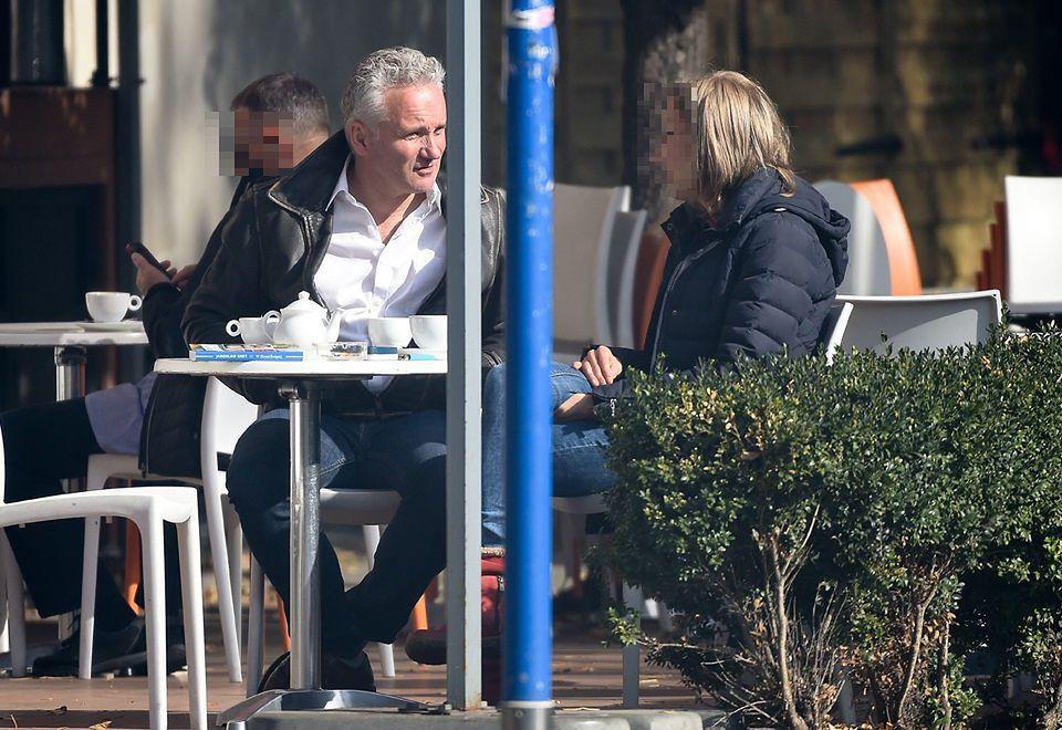 2Jarek zaprosił znajomą na kawę