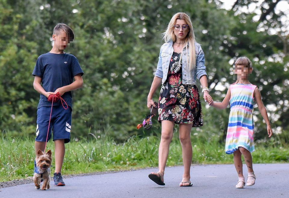 2Piotr Żyła z matką odwozi dzieci do Justyny po wspólnym weekendzie