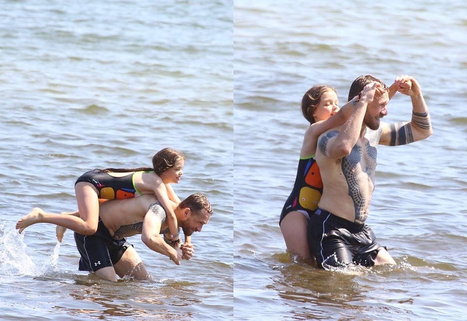 2Przemysław Kossakowski zabrał Martynę Wojciechowską z córką nad morze