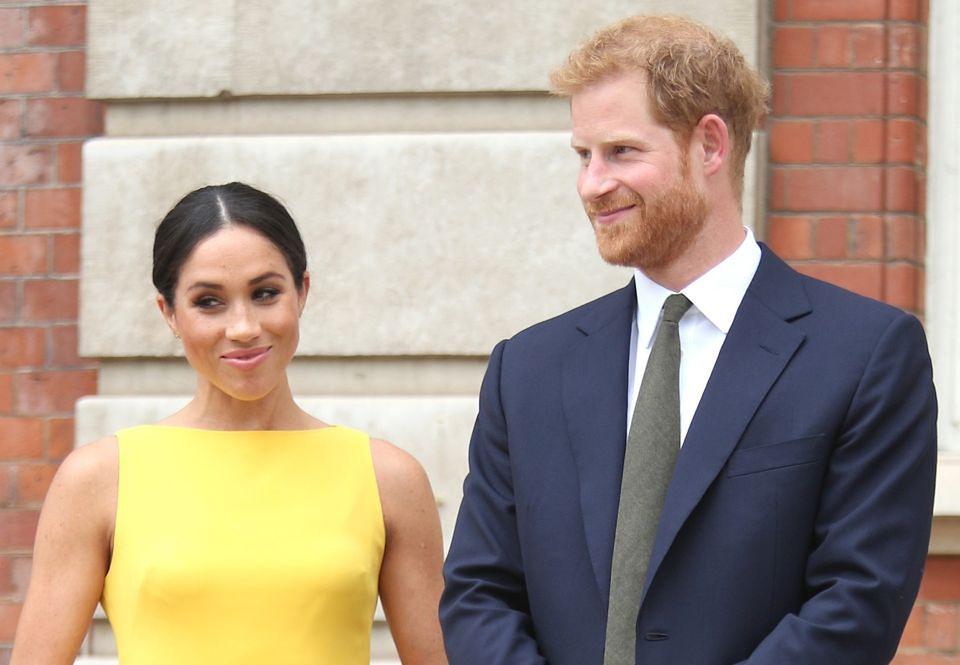 2Księżna Meghan i książę Harry trzymają się za ręce w drodze na bankiet