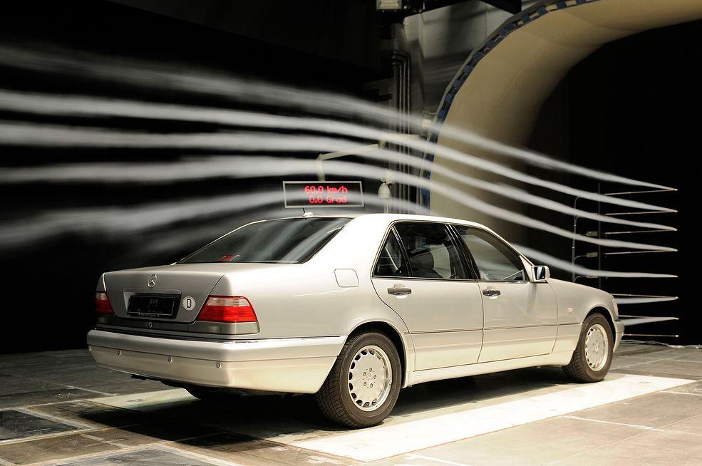 Mercedes-Benz klasy S generacji W140 przed wejściem do produkcji. Przygotowania trwały 10 lat (fotografia z roku 1991) (fot. archiwum Daimler AG)